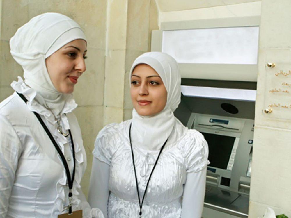 исламские девушки возле банкомата